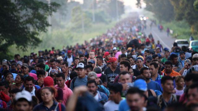 des-honduriens-de-la-caravane-des-migrants-sur-une-route-reliant-ciudad-hidalgo-a-tapachula-au-mexique-le-21-octobre-2018_6120042